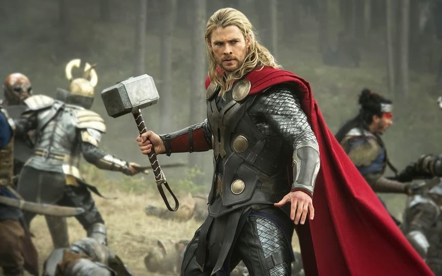 Chris Hemsworth è Thor, pronto alla battaglia