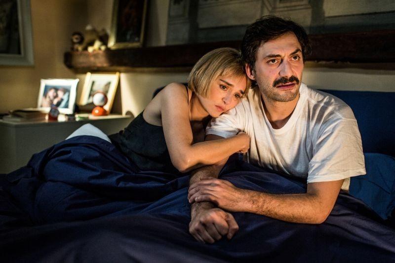 Armida (Golino) e Umberto (Timi) felici e innamorati nella loro casa