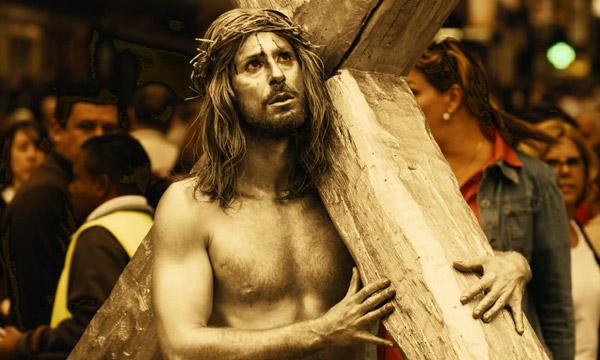 Gesù Cristo pronto a rapinare un Compro Oro in Las Brujas de Zugarramurdi