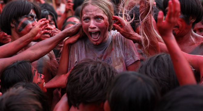 "I cannibali ""celebrano"" il loro futuro pasto in The Green Inferno"