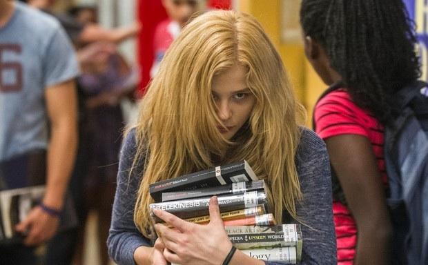 Carrie (Chloë Grace Moretz) è una liceale timida e introversa