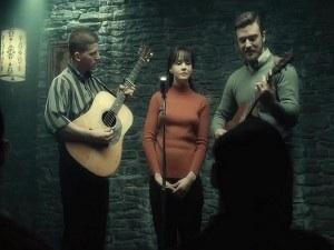 Troy Nelson (Stark Sands), Jean (Carey Mulligan) e Jim (Justin Timberlake) si esibiscono nel night di Pappi Corsicato (Max Casella).