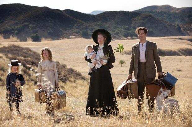 Un flashback dell'infanzia di P. L. Travers, con Colin Farrell e Ruth Wilson.