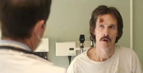 Ron Woodroof (Matthew McConaughey) apprende dai medici di aver contratto il virus dell'HIV.