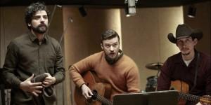"""Llewyn (Oscar Isaac), Jim e Al Cody (Adam Driver) si preparano a eseguire """"Please Mr. Kennedy""""."""