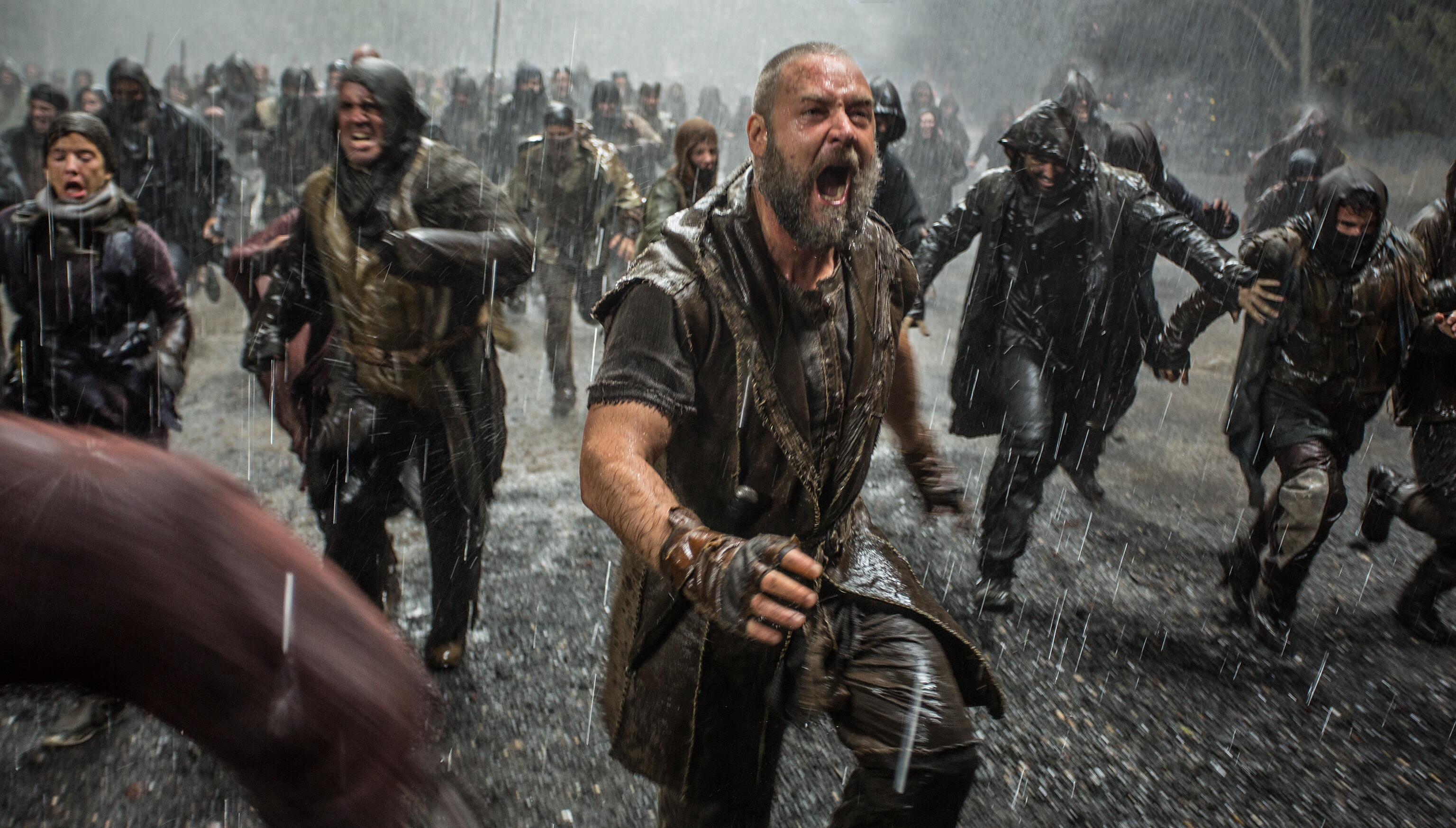 In pieno diluvio, Noah (Russell Crowe) si precipita verso l'Arca, dove lo attende la sua famiglia.