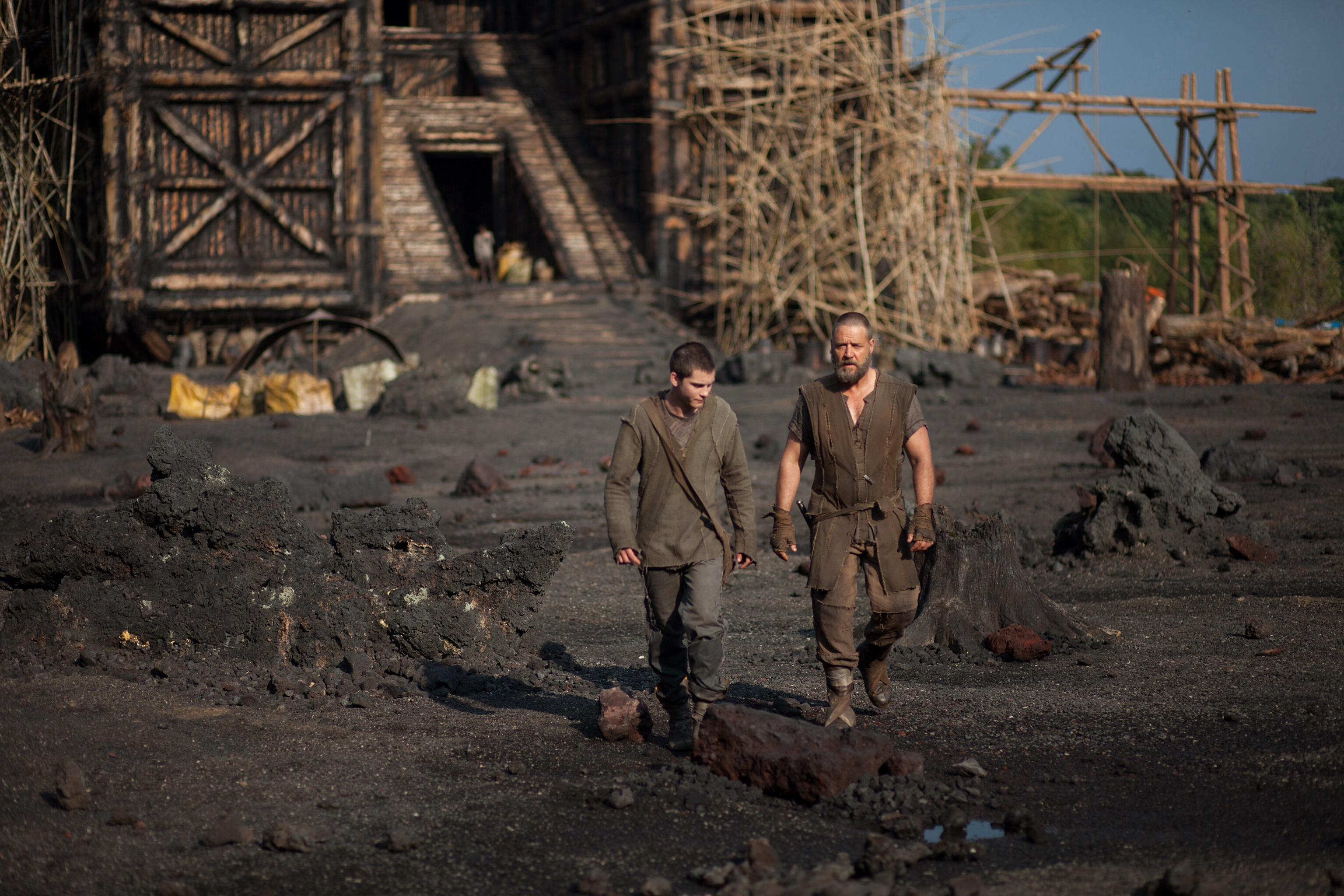 Noah e il suo secondogenito Cam (Logan Lerman) si dedicano alla costruzione dell'Arca.