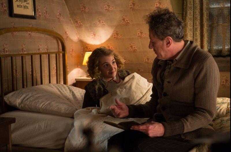 Liesel (Sophie Nélisse) e il padre adottivo Hans (Geoffrey Rush) entrano immediatamente in sintonia.