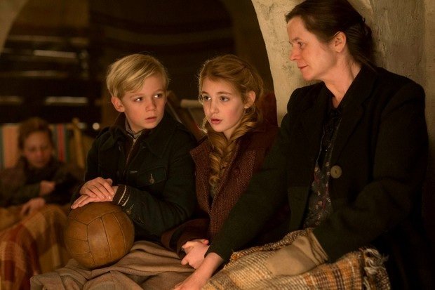 Liesel, la mamma adottiva Rosa (Emily Watson) e il suo amico Rudy (Nico Liersch) si nascondono per sfuggire ai bombardamenti.