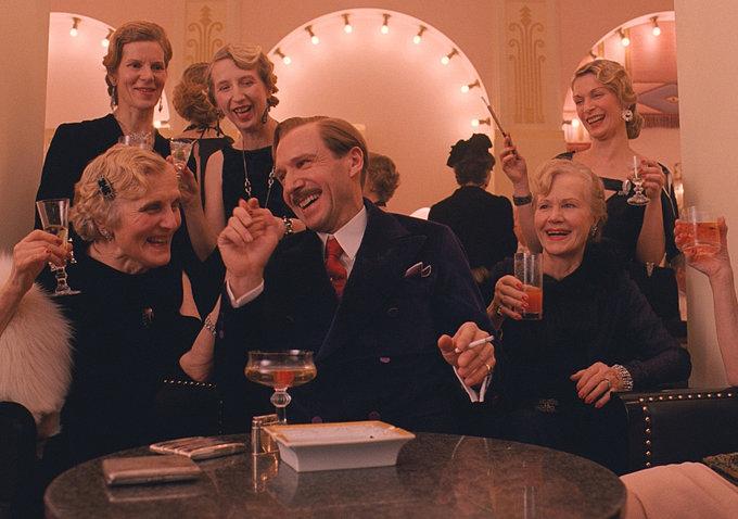 Gustave (Ralph Fiennes) s'intrattiene affabilmente con le facoltose ospiti dell'hotel