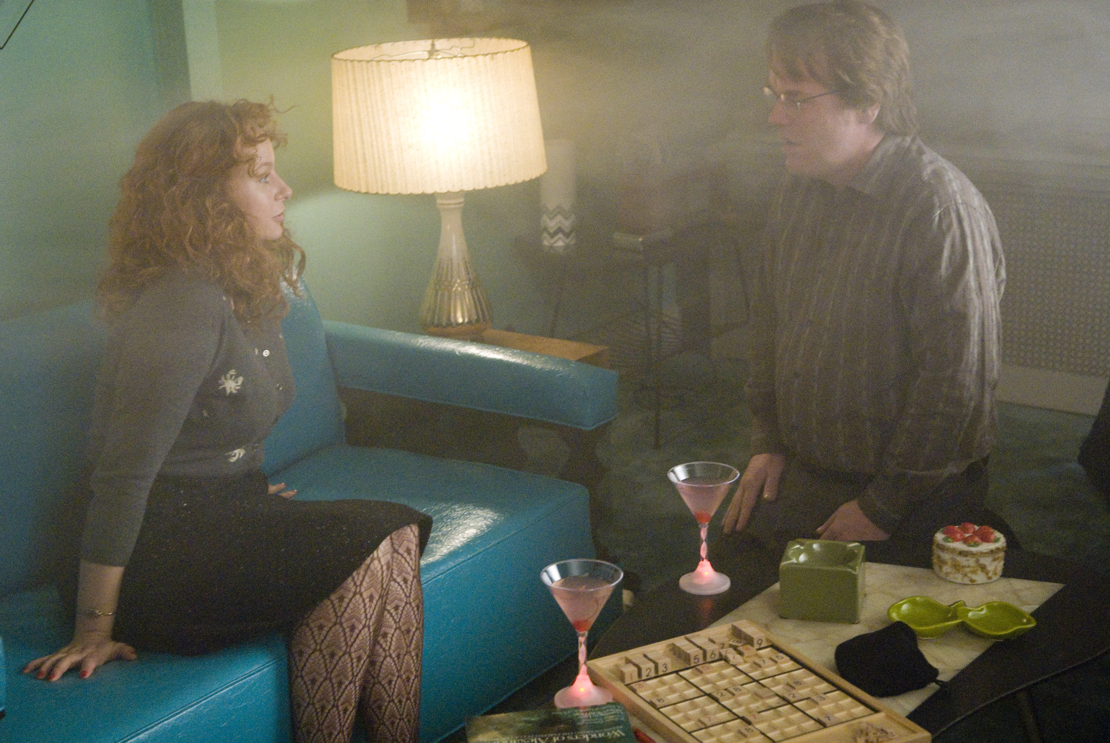Caden e Hazel nella casa di quest'ultima, lentamente consumata dalle fiamme.